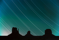 Long exposure of star trails in night sky, Monument Valley Navajo Tribal Park, Arizona Utah border, United States of America, No 20025360439| 写真素材・ストックフォト・画像・イラスト素材|アマナイメージズ