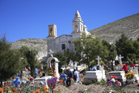Families decorating graves for Day of the Dead, Templo de Guadalupe, Real de Catorce, former silver mining town, San Luis Potosi 20025362029| 写真素材・ストックフォト・画像・イラスト素材|アマナイメージズ