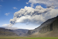 Distant view towards mountains with the ash plume of the Eyjafjallajokull eruption in the distance, near Hella, southern area, I 20025362224| 写真素材・ストックフォト・画像・イラスト素材|アマナイメージズ