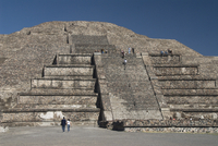 Tourists climbing steps, Pyramid of the Moon, Archaeological Zone of Teotihuacan, UNESCO World Heritage Site, Mexico, North Amer 20025363158| 写真素材・ストックフォト・画像・イラスト素材|アマナイメージズ