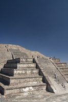 Tourists climbing steps, Pyramid of the Moon, Archaeological Zone of Teotihuacan, UNESCO World Heritage Site, Mexico, North Amer 20025363159| 写真素材・ストックフォト・画像・イラスト素材|アマナイメージズ