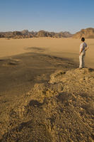 Woman admiring the great desert scenery of the Sahara, near Djanet, Algeria, North Africa, Africa 20025363326| 写真素材・ストックフォト・画像・イラスト素材|アマナイメージズ