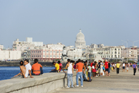 People walking on The Malecon, Capitolio and city skyline, Havana, Cuba, West Indies, Caribbean, Central America 20025363778| 写真素材・ストックフォト・画像・イラスト素材|アマナイメージズ