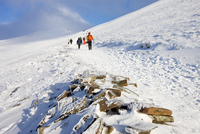 Walkers descend the snowy footpath from Corn Du and Pen Y Fan mountains in winter, Brecon Beacons National Park, Powys, Wales, U 20025364485| 写真素材・ストックフォト・画像・イラスト素材|アマナイメージズ
