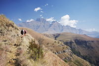 People hiking in Monk's Cowl Nature Reserve with Champagne Castle in background, Ukhahlamba-Drakensberg Park, UNESCO World Herit 20025364571| 写真素材・ストックフォト・画像・イラスト素材|アマナイメージズ