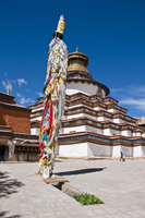 Magnificent tiered Kumbum, literally one hundred thousand images, of the Palcho Monastery, the largest chorten in Tibet, Gyantse 20025364772| 写真素材・ストックフォト・画像・イラスト素材|アマナイメージズ
