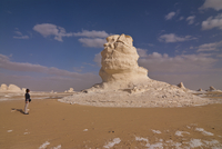 Tourist admiring unusual natural sculptures caused by wind erosion, White Desert near Bahariya, Egypt, North Africa, Africa 20025364798| 写真素材・ストックフォト・画像・イラスト素材|アマナイメージズ