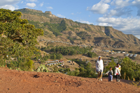 Young children walking through the beautiful scenery around Lalibela, Ethiopia, Africa 20025364801| 写真素材・ストックフォト・画像・イラスト素材|アマナイメージズ