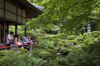 Visitors relaxing at a Zen meditation garden at Sanzenin Temple in Ohara, Kyoto, Japan, Asia 20025364885| 写真素材・ストックフォト・画像・イラスト素材|アマナイメージズ