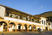 Plaza Mayor, largest public square in Colombia, colonial town of Villa de Leyva, Colombia, South America 20025365497| 写真素材・ストックフォト・画像・イラスト素材|アマナイメージズ