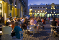 Eating al fresco in the evening, Plaza Vieja, Old Havana, Cuba, West Indies, Central America 20025366026| 写真素材・ストックフォト・画像・イラスト素材|アマナイメージズ