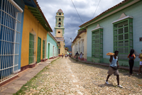 Man carrying tray of pastries along street in Trinidad, Sancti Spiritus Province, Cuba, West Indies, Central America 20025366035| 写真素材・ストックフォト・画像・イラスト素材|アマナイメージズ