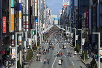 Elevated view along Chuo Dori Street in Ginza, Tokyo, Japan, Asia 20025366091| 写真素材・ストックフォト・画像・イラスト素材|アマナイメージズ