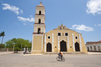 Iglesia Mayor of San Juan Bautista church in Remedios, Cuba, West Indies, Caribbean, Central America 20025366223| 写真素材・ストックフォト・画像・イラスト素材|アマナイメージズ