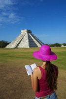 Tourist looking at El Castillo pyramid (Temple of Kukulcan) in the ancient Mayan ruins of Chichen Itza, UNESCO World Heritage Si 20025367120| 写真素材・ストックフォト・画像・イラスト素材|アマナイメージズ