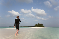 Woman with cell phone on a tropical beach, Kuramathi Island, Ari Atoll, Maldives, Indian Ocean, Asia 20025368862| 写真素材・ストックフォト・画像・イラスト素材|アマナイメージズ