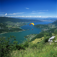 View over lake with paraglider, Lake Annecy, Rhone Alpes, France, Europe 20025370248| 写真素材・ストックフォト・画像・イラスト素材|アマナイメージズ