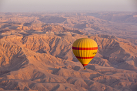 Hot air balloon suspended over the Theban hills of Luxor at sunrise, Thebes, Egypt, North Africa, Africa 20025370383| 写真素材・ストックフォト・画像・イラスト素材|アマナイメージズ