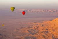 Hot air balloons suspended over the Theban hills of Luxor and the Valley of the Queens at sunrise, Thebes, UNESCO World Heritage 20025370386| 写真素材・ストックフォト・画像・イラスト素材|アマナイメージズ