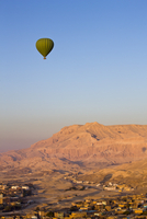Hot air balloon suspended over the Theban hills of Luxor, Egypt, North Africa, Africa 20025370387| 写真素材・ストックフォト・画像・イラスト素材|アマナイメージズ