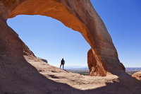 Lone tourist hiker at Wilson Arch, near Moab, Utah, United States of America, North America 20025374965| 写真素材・ストックフォト・画像・イラスト素材|アマナイメージズ