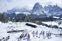 A snowy view of Sassolungo and Sassopiato Mountains behind the Alpe di Siusi ski resort in the Dolomites, South Tyrol, Italy, Eu 20025377774| 写真素材・ストックフォト・画像・イラスト素材|アマナイメージズ
