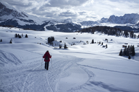 A woman walking on a snowy hiking trail in the Alpe di Siusi Ski resort near the town of Otisei in the Dolomites, South Tyrol, I 20025377775| 写真素材・ストックフォト・画像・イラスト素材|アマナイメージズ