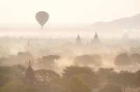 View over the temples of Bagan swathed in early morning mist, with hot air balloon drifting across the scene, from Shwesandaw Pa 20025377864| 写真素材・ストックフォト・画像・イラスト素材|アマナイメージズ