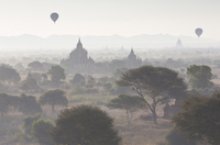 View over the temples of Bagan swathed in early morning mist, with hot air balloon drifting across the scene, from Shwesandaw Pa 20025377865| 写真素材・ストックフォト・画像・イラスト素材|アマナイメージズ