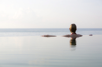 Woman in an infinity pool looking out to sea, Koh Samui, Thailand, Southeast Asia, Asia 20025379492| 写真素材・ストックフォト・画像・イラスト素材|アマナイメージズ
