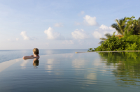 Woman in an infinity pool looking out to sea, Koh Samui, Thailand, Southeast Asia, Asia 20025379493| 写真素材・ストックフォト・画像・イラスト素材|アマナイメージズ