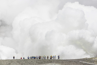 Visitors watching mud being ejected from the caldera floor of an active andesite stratovolcano on White Island, North Island, Ne 20025380344| 写真素材・ストックフォト・画像・イラスト素材|アマナイメージズ