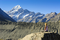 Woman enjoying the view of Mount Cook, UNESCO World Heritage Site, South Island, New Zealand, Pacific 20025382188| 写真素材・ストックフォト・画像・イラスト素材|アマナイメージズ