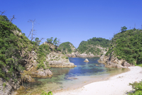 A beach on Kamogaiso(Duck's rocky shore), Uradome Coast,  Sea of Japan, Iwami-cho, Tottori Prefecture, Japan 20025389277| 写真素材・ストックフォト・画像・イラスト素材|アマナイメージズ