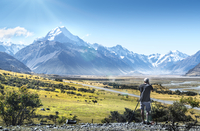 Taking pictures at Mount Cook 20038012986| 写真素材・ストックフォト・画像・イラスト素材|アマナイメージズ