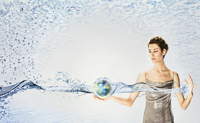 Woman holding globe surrounded by water  20039003996| 写真素材・ストックフォト・画像・イラスト素材|アマナイメージズ