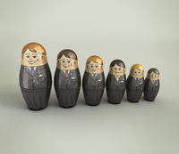 Businessmen nesting dolls in order of size and happiness 20039008182| 写真素材・ストックフォト・画像・イラスト素材|アマナイメージズ