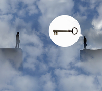Large key in speech bubble of businessman standing on top of cliff talking to man separated by gap 20039008694| 写真素材・ストックフォト・画像・イラスト素材|アマナイメージズ