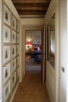 Narrow hallway with a picture gallery and open door with a v 20052011490| 写真素材・ストックフォト・画像・イラスト素材|アマナイメージズ