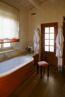Country style bathroom -- bathtub clad in wood in front of a 20052011494| 写真素材・ストックフォト・画像・イラスト素材|アマナイメージズ