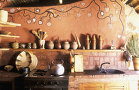 A rustic, African-style kitchen with a painted wall 20052011557| 写真素材・ストックフォト・画像・イラスト素材|アマナイメージズ