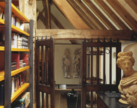 Modern bookcase and antique bust in old, converted barn with 20052012299| 写真素材・ストックフォト・画像・イラスト素材|アマナイメージズ