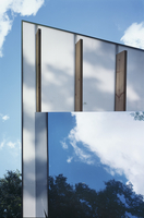 View of roof overhang on contemporary house with mirrored fa 20052012402| 写真素材・ストックフォト・画像・イラスト素材|アマナイメージズ