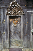 Old wooden door of old wooden house with weathered, carved l 20052013361| 写真素材・ストックフォト・画像・イラスト素材|アマナイメージズ