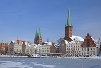 The churches of Saint Petri and Saint Mary towering above historic houses along the frozen river Trave in Luebeck in winter, Ger 20053015305| 写真素材・ストックフォト・画像・イラスト素材|アマナイメージズ