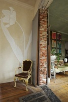 French chair with giant tulip design in doorway with unfinis 20054000008| 写真素材・ストックフォト・画像・イラスト素材|アマナイメージズ
