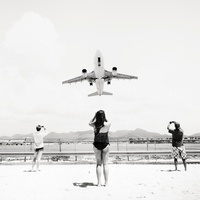 Jet Airliner Flying Low Over Holiday Makers On Beach, Antill 20055005029| 写真素材・ストックフォト・画像・イラスト素材|アマナイメージズ