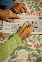 Grandmother And Daughter Work On Crossword Puzzle Together 20055010781| 写真素材・ストックフォト・画像・イラスト素材|アマナイメージズ