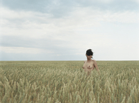 Naked woman in a field 20055013336| 写真素材・ストックフォト・画像・イラスト素材|アマナイメージズ