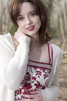 Relaxed portrait of smiling young woman in summer dress and cardigan in Autumn woods 20055017634| 写真素材・ストックフォト・画像・イラスト素材|アマナイメージズ